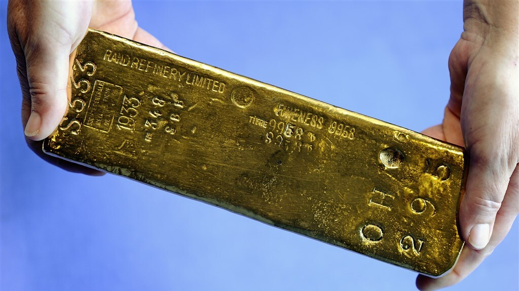 Een goudstaaf bij De Nederlandse Bank.
