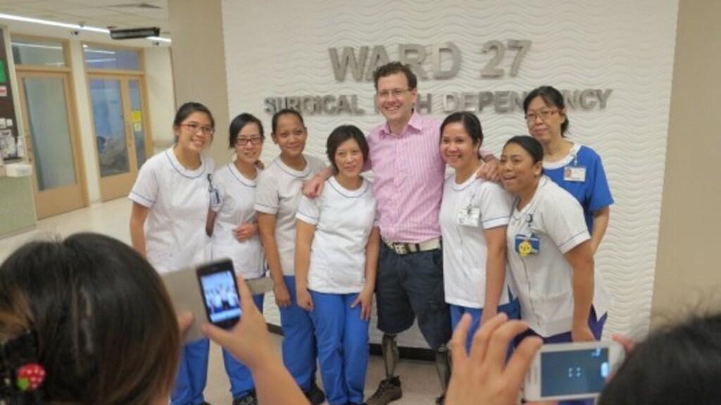 Max met verpleegsters die hem hielpen in het ziekenhuis.