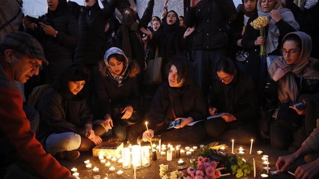 Studenten brandden kaarsjes voor de slachtoffers.