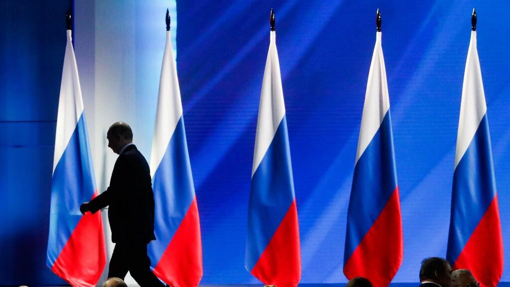 Poetin verlaat het podium.