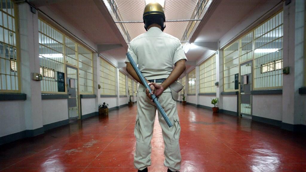 Gevangenisbewaarder in de Klong Prem-gevangenis.