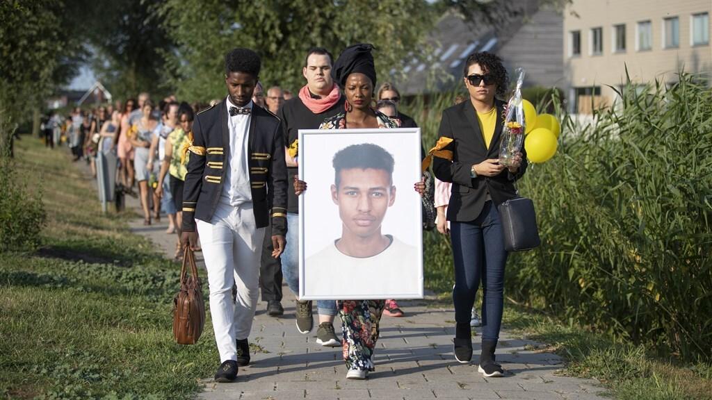 Vrienden en familie liepen met een portret van Orlando Boldewijn een stille tocht.