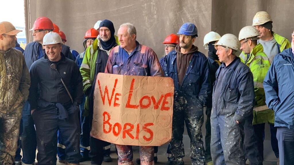 Deze campagnefoto van de Conservatieven toont fabrieksarbeiders die, vermoedelijk vanwege de brexit, toch rechts gaan stemmen.