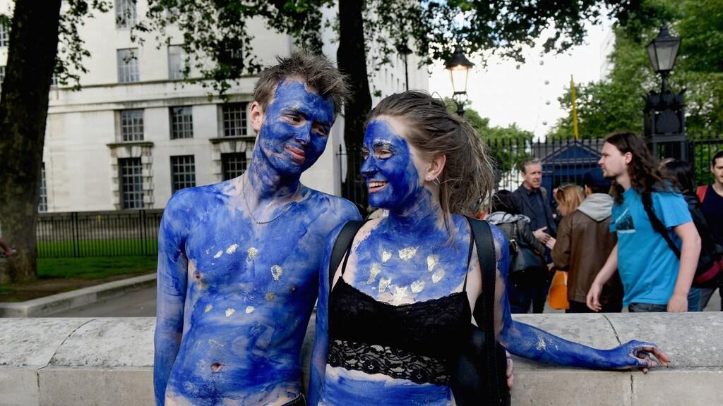 Twee jonge EU-aanhangers op de dag na het referendum. Maar liefst driekwart van de Britten onder de 25 stemde voor 'remain'. Het was niet genoeg.
