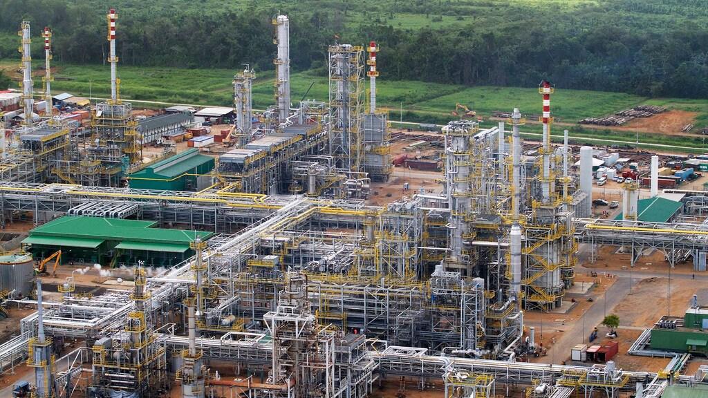 Staatsolie produceert al decennialang brandstof in een raffinaderij nabij Paramaribo. Hierin verwerkt het olie van zware kwaliteit voor de binnenlandse markt.