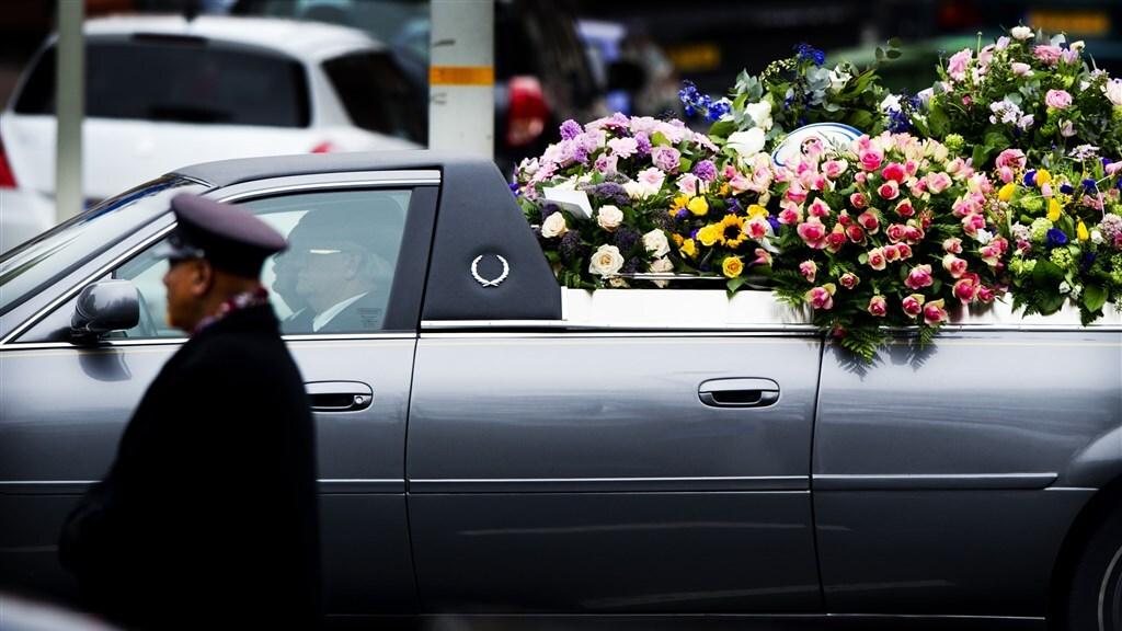 Vele bloemen bij de uitvaart van Ximena in Den Haag.