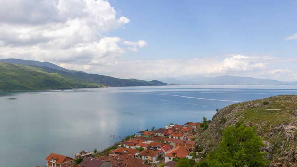 Het meer van Ohrid op de grens van Noord-Macedonië en Albanië.