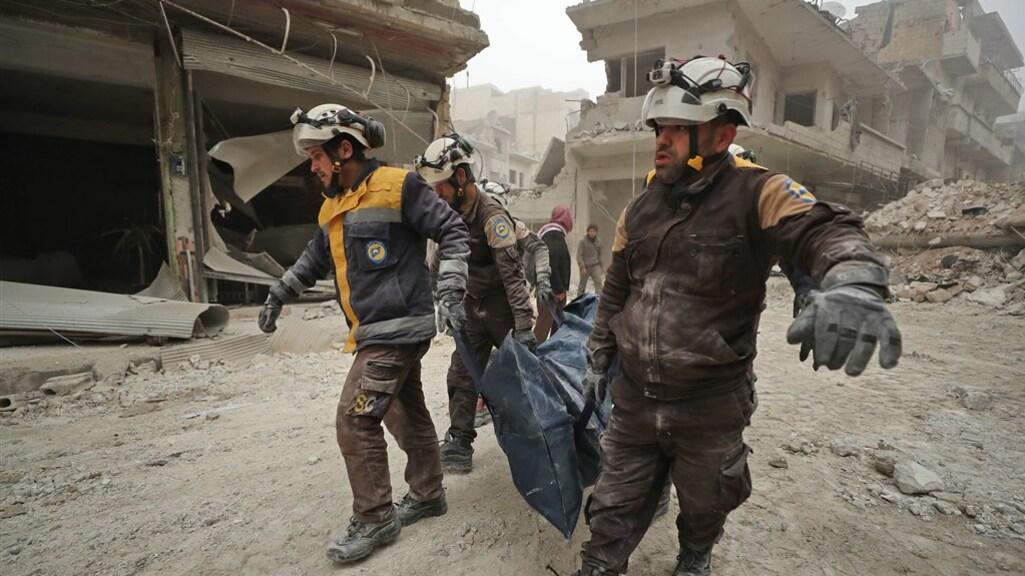 Reddingswerkers in Idlib halen lichamen onder het puin vandaan na een bombardement op 5 februari.