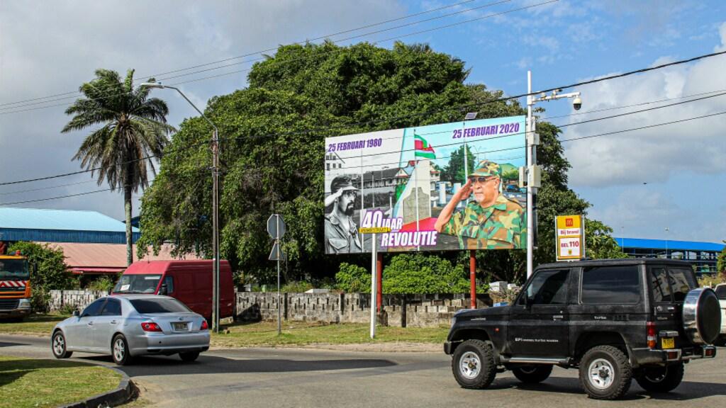 Op verschillende plekken in Paramaribo staat een bord ter ere van 40 jaar revolutie.