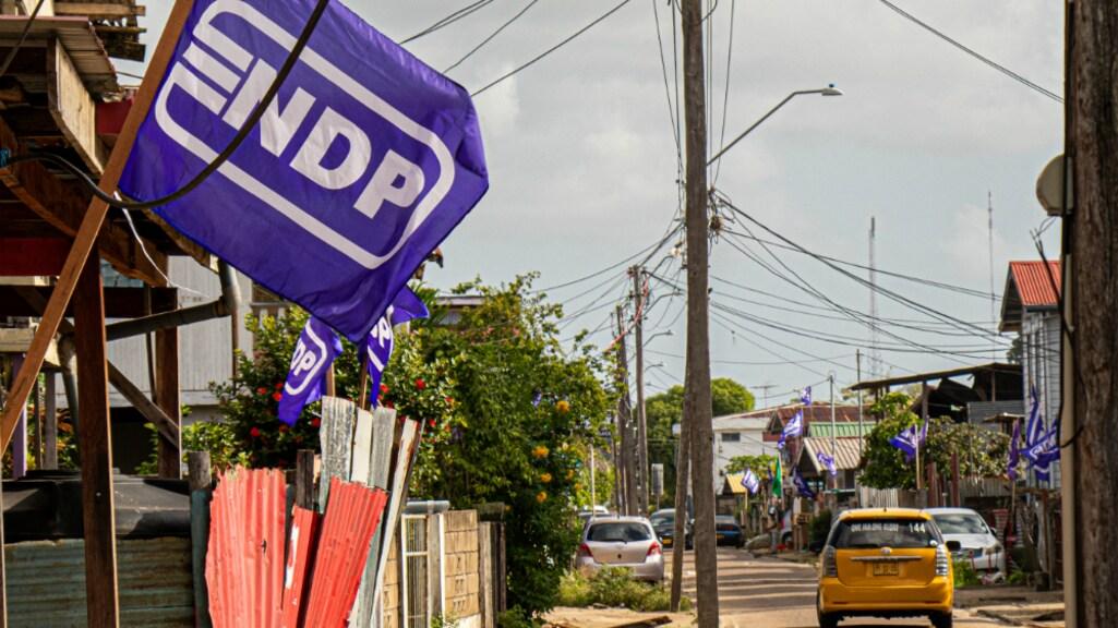 Overal in Suriname hangen vlaggen van politieke partijen in de straten.