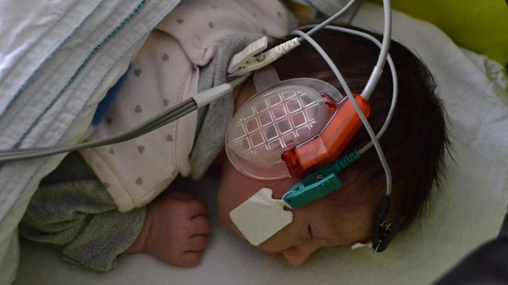 Baby Isabel tijdens de gehoortest