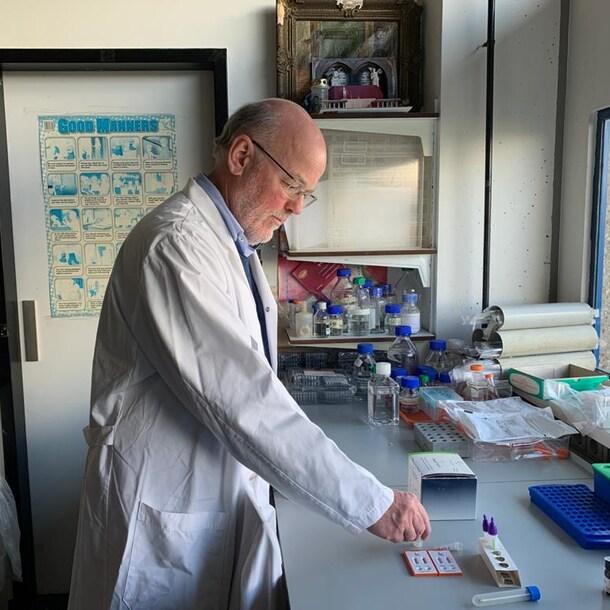 Herman Egberink met een test voor dieren