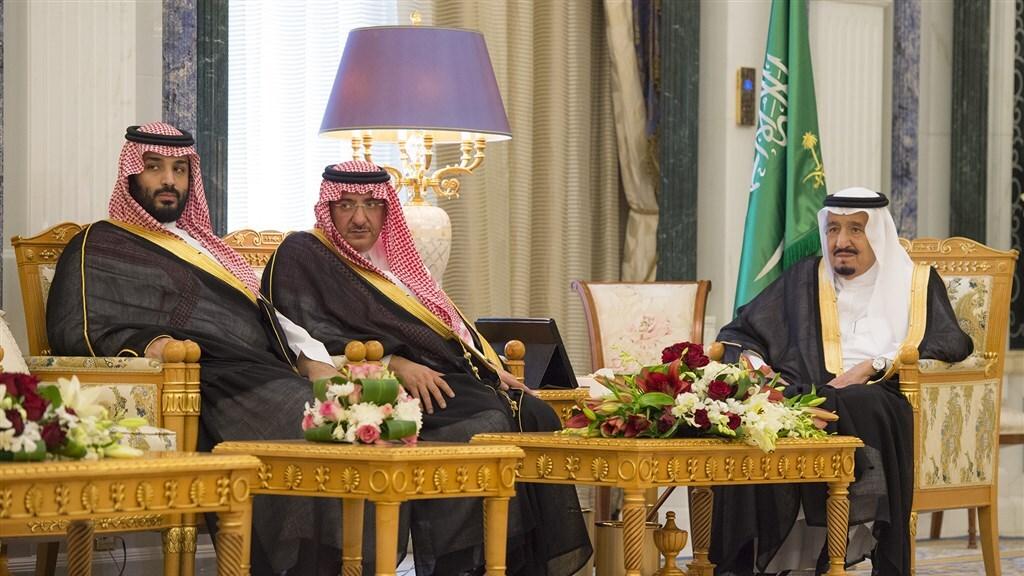Kroonprins Mohammed bin Salman (r), voormalig kroonprins Mohammed bin Nayef (m) en Koning Salman bin Abdulaziz Al Saud (r)