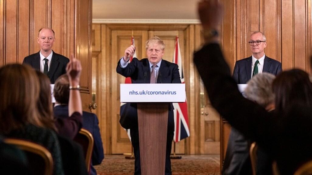 De Britse premier Boris Johnson kondigt maatregelen aan.