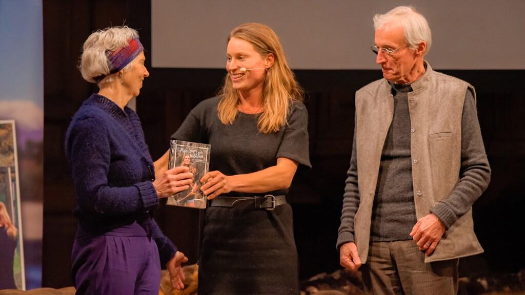 Voor haar boekpresentatie kwam ze terug naar Nederland. Haar ouders kregen het eerste exemplaar.