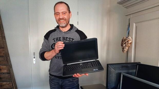 Richard zamelt laptops in voor kinderen die er geen hebben