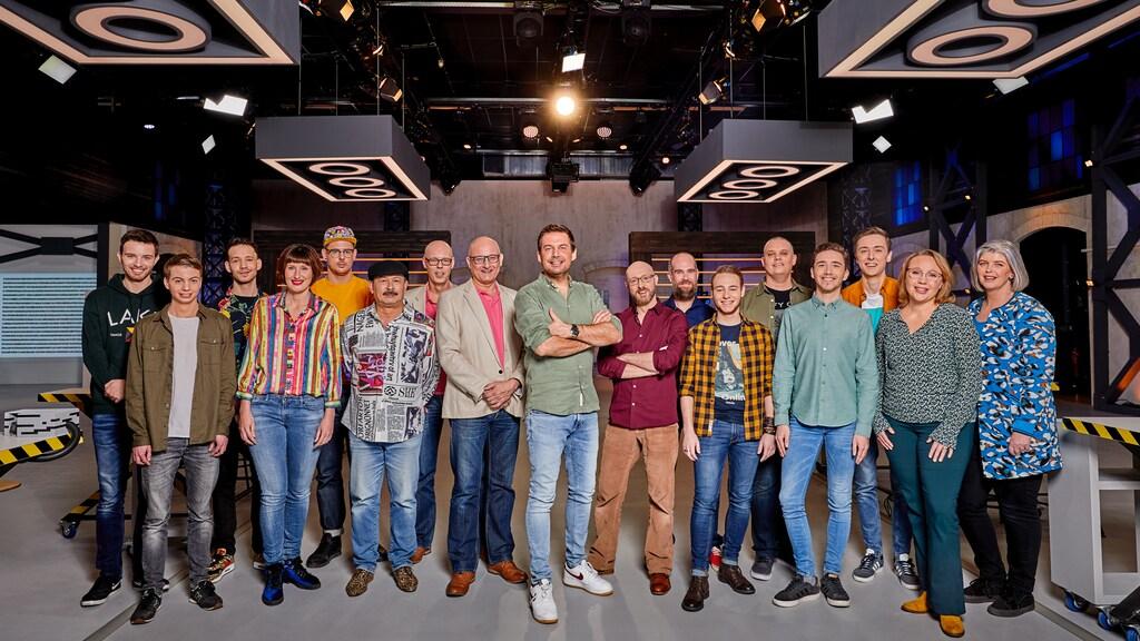 Alle deelnemers en de presentatoren van Lego Master.