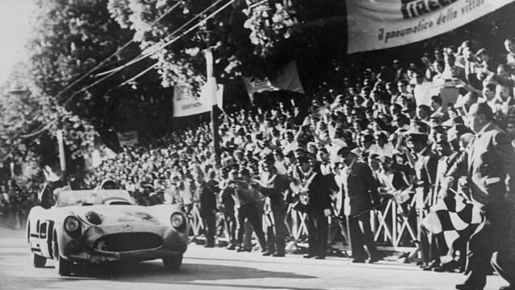 Moss in actie tijdens de door hem gewonnen Mille Miglia (1955)