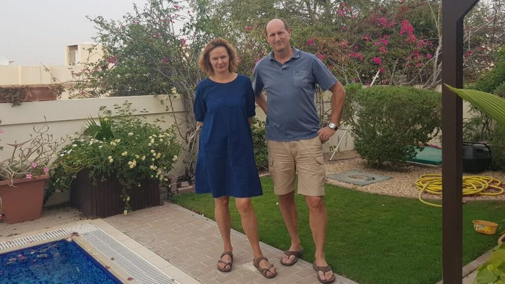 Joost en Hetty bij hun huis in Dubai