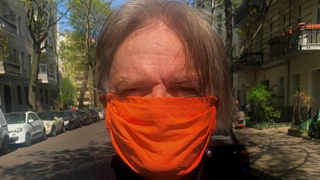 Correspondent Jeroen Akkermans met mondbescherming.