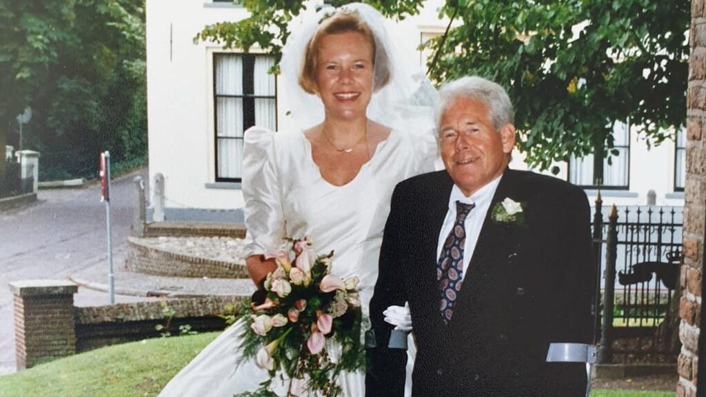 Saskia en haar vader tijdens haar trouwdag, 25 jaar geleden.