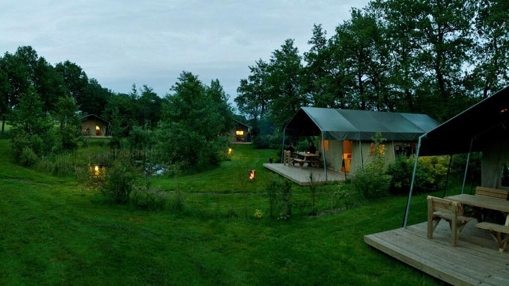 Op de camping staan zes safaritenten met eigen sanitair