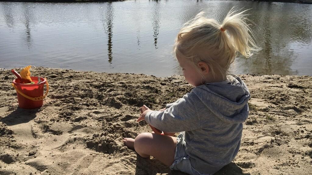 Dochter Luna (2 jaar) op de camping in Drenthe