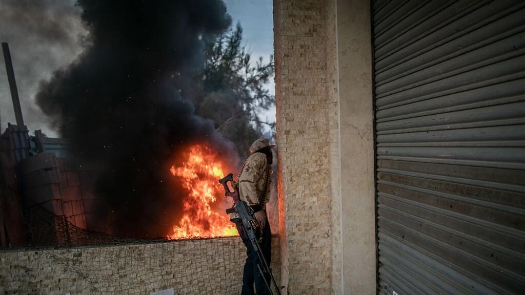 Soldaat van het regeringsleger vecht tegen Haftar-milities.