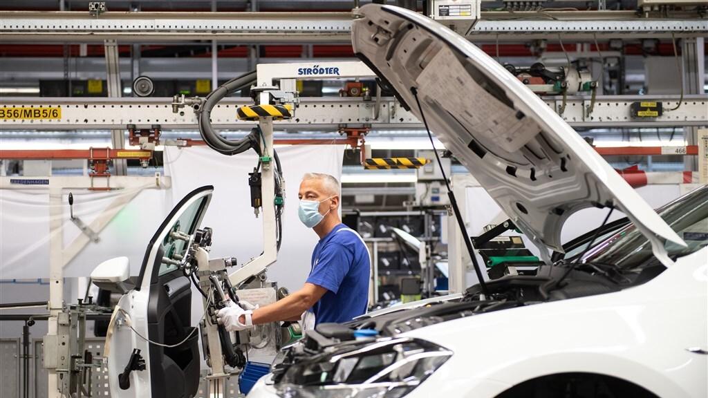 Een medewerker van Volkswagen in de fabriek in Wolfsburg.