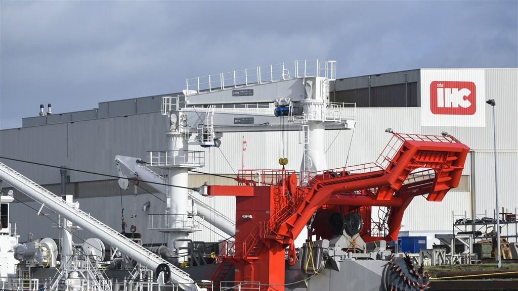 De werf in Alblasserwaard. IHC ontwerpt en bouwt onder meer schepen voor de bagger- en offshoreindustrie.