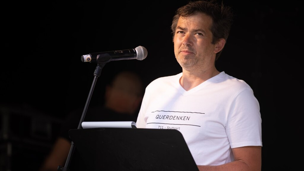 Michael Ballweg dreigt grote Duitse omroepen geen toegang te verlenen tot demonstraties.