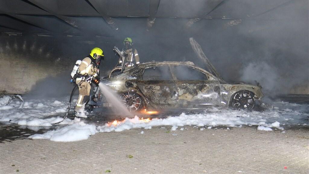 Op industrieterrein Spaanse Polder werd een brandende auto gevonden, vermoedelijk de vluchtauto.