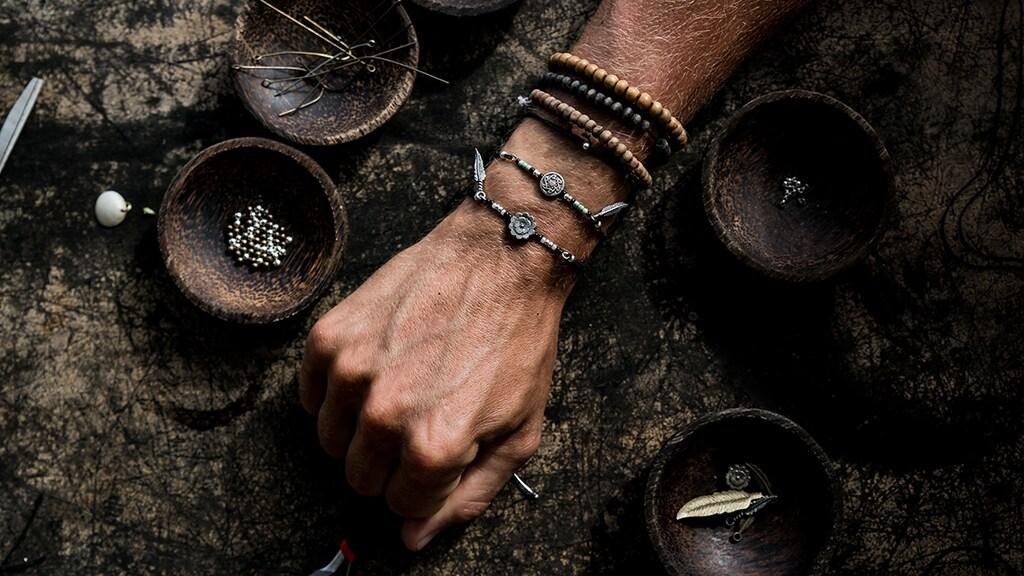"""""""De hobby van mijn vrouw: armbanden maken."""""""