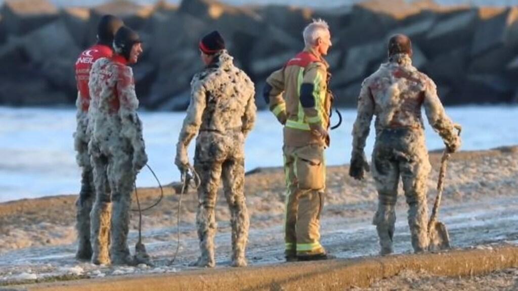 Met schuim bedekte hulpverleners in Scheveningen.