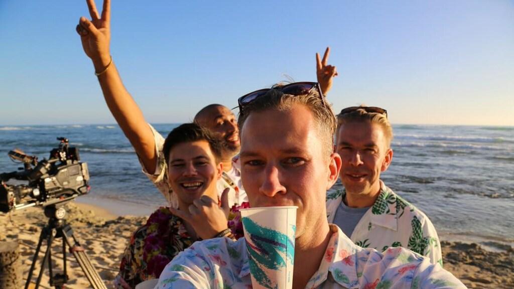 Dennis tijdens de opnames van 3 op Reis in Hawaï.