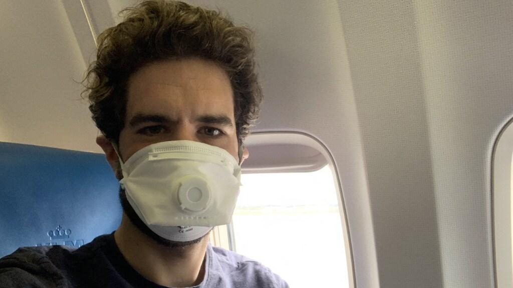 Op de terugweg is een mondkapje in het vliegtuig verplicht.