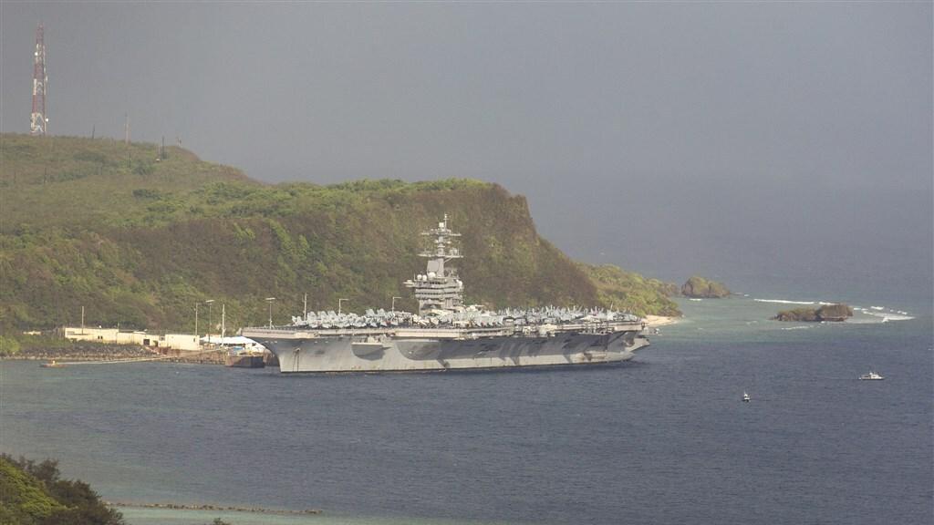 Sinds eind maart ligt het Amerikaanse vliegdekschip voor anker in Guam.