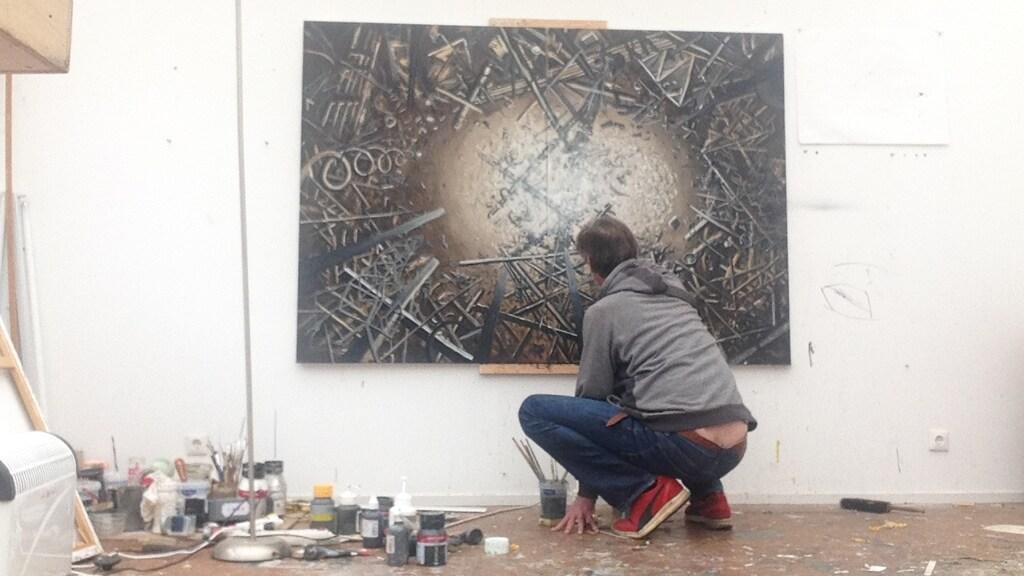 Bastiaan in zijn atelier.