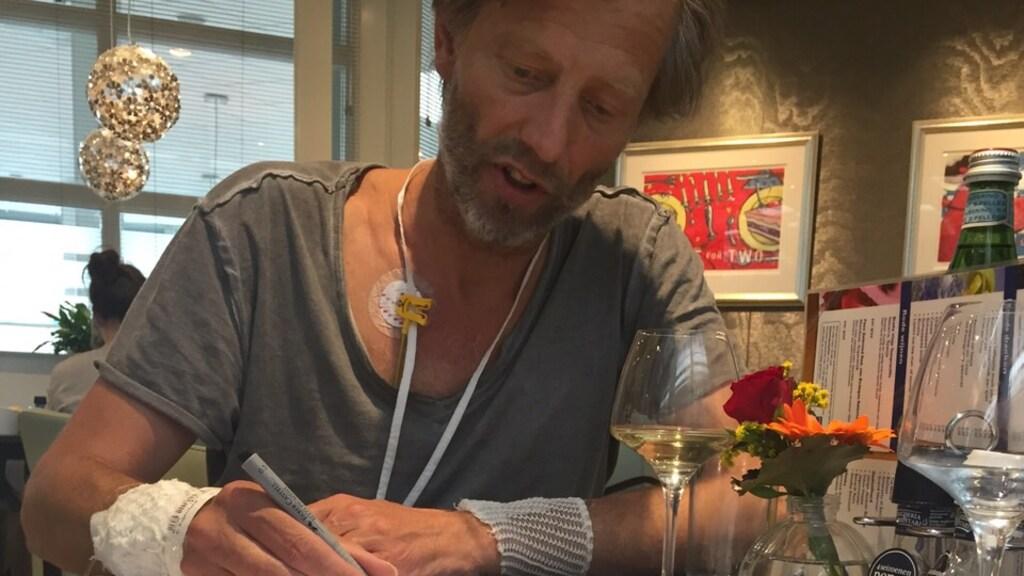 Hier tekent Bastiaan voor de pomp en de operatie.