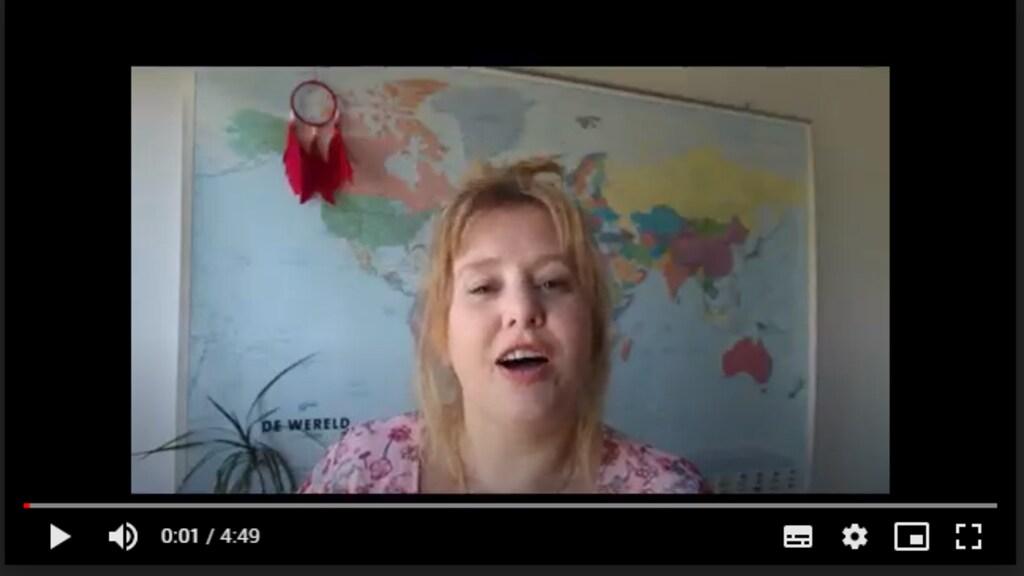 Zelfstandig reisadviseur Carine Heijsteeg vraagt in een video hulp voor haar branche