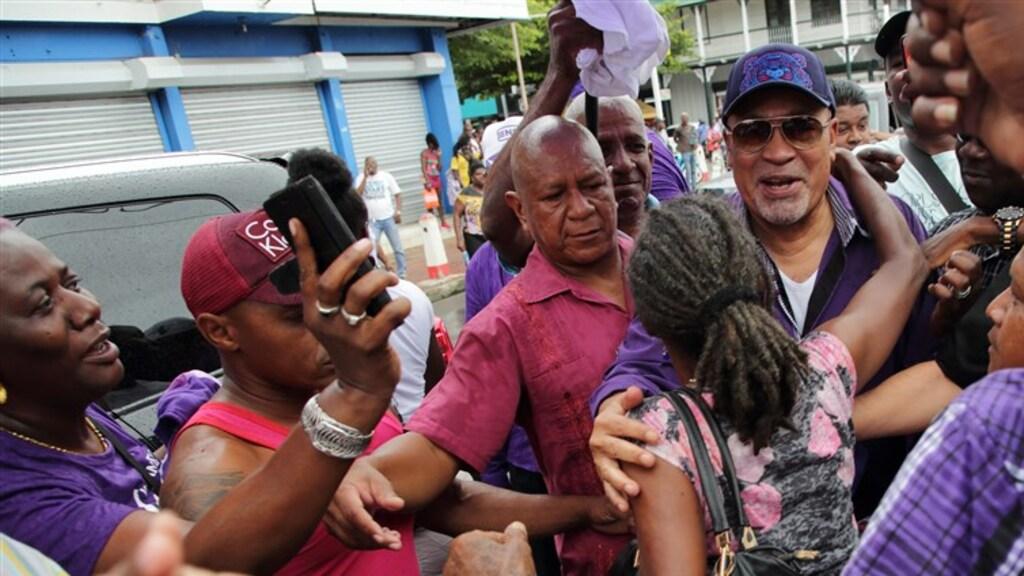 Desi Bouterse krijgt een knuffel van een van zijn aanhangers.