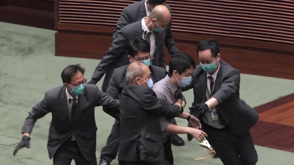 Democratisch parlementslid wordt verwijderd uit de zaal.