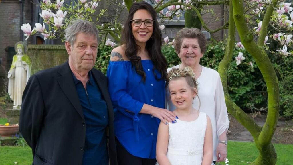 Tamara, samen met haar vader, moeder en dochter.