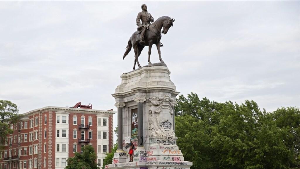 Een beklad standbeeld van Robert E. Lee, eerder deze week.