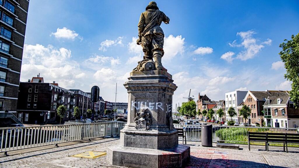 Het bekladde standbeeld van Piet Hein.