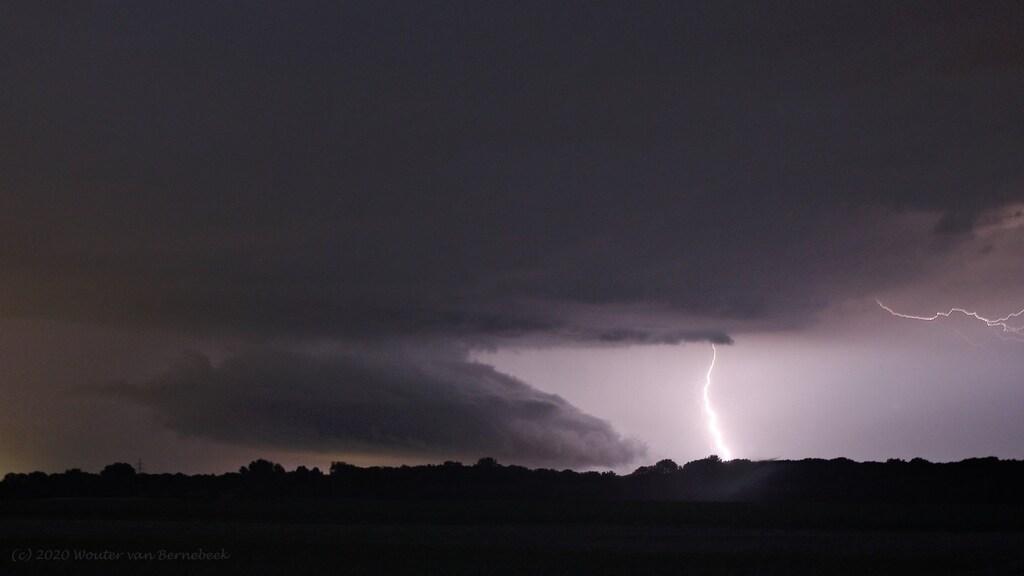 De typische 'wall cloud' die bij een supercell hoort, nabij Venlo.