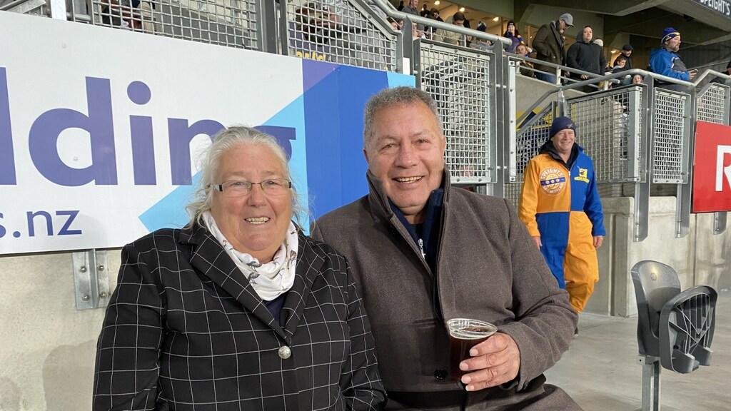Suzan Knapp (links) op de tribune in het stadion.