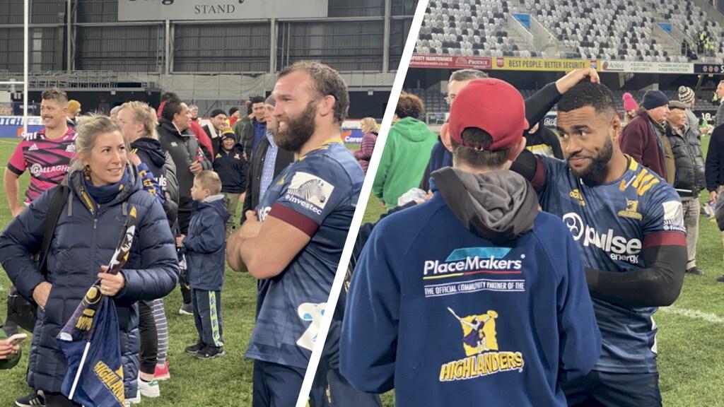 De ontmoeting met de rugbyspelers op het veld.