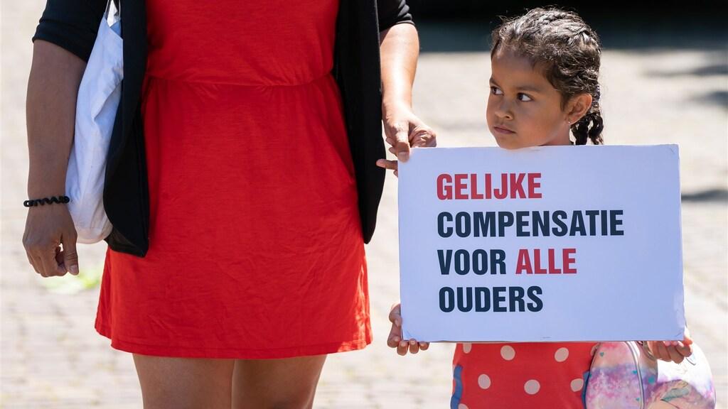 Het dochtertje van een gedupeerde doet eerder dit jaar mee aan een protestactie in Den Haag.
