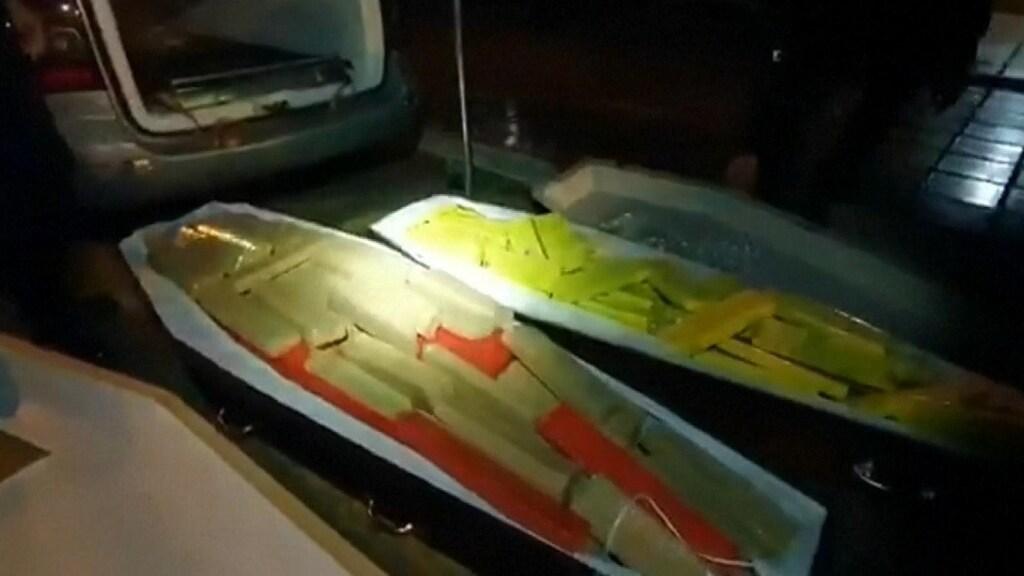 De politie vond twee kisten vol drugs achterin de auto van de 22-jarige man.